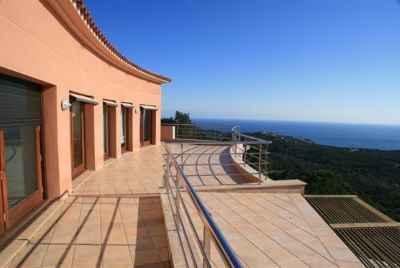 Современный дом с лифтом и панорамными видами на море на Коста Брава